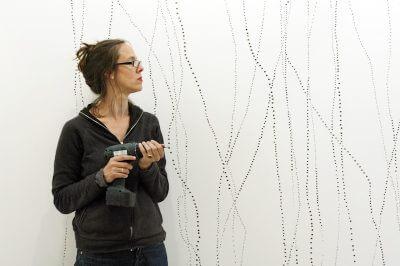 Katharina Hinsberg zeichnet, schneidet und bohrt auch mal in ihre Bilder (Foto: Drawing Room).