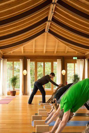Johannes Mikenda in Aktion beim Yoga-Summit, Bild: Schloss Elmau, Felix Krammer.