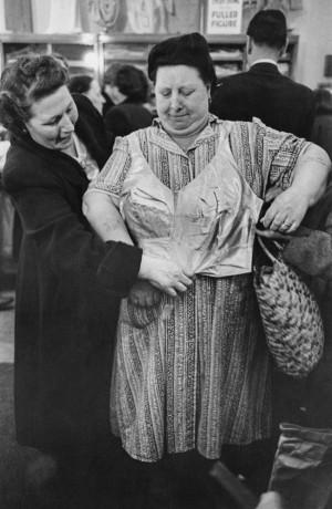 Eigenwillige Anprobe - Szene von 1952 (Bild aus dem Buch/John Chillingworth/Picture Post/Getty Images).
