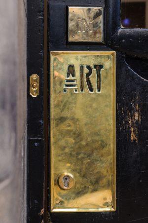 Messingtürschild der von Charles Mackintosh gestalteten Scotland Street School, Bild: cornfield/Shutterstock.