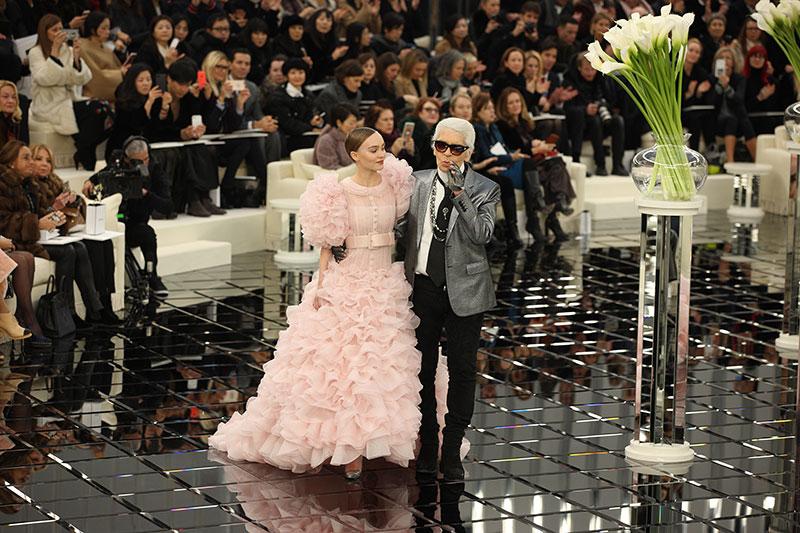 Lily-Rose Depp und Karl Lagerfeld in der Chanel-Schau (Bild: Hendrik Ballhausen)