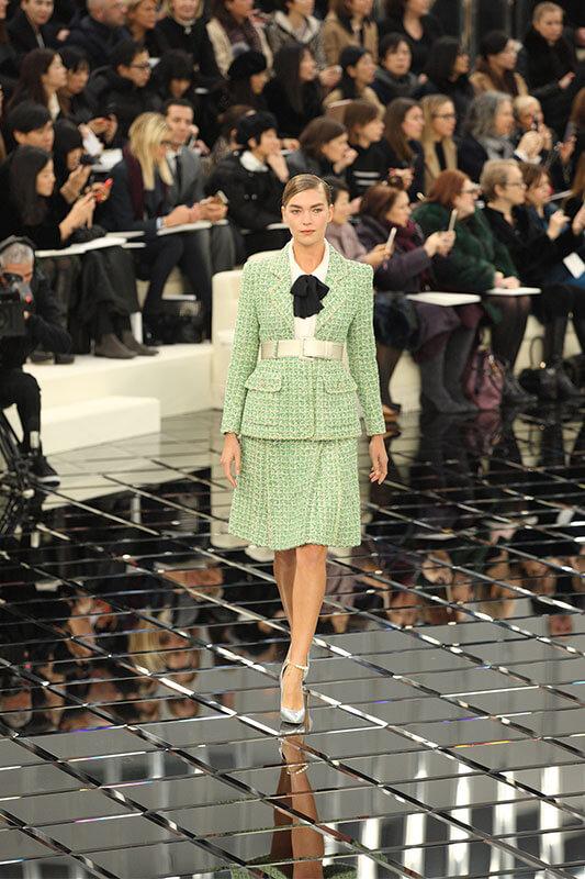 Ein Entwurf aus der Chanel-Couture-Schau (Bild: Hendrik Ballhausen)