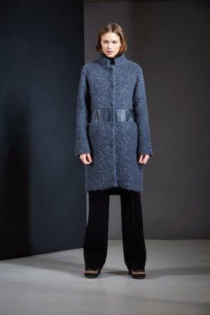 Blauer Bouclémantel: ein Lieblingsteil von Designerin Claudia Lanius